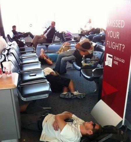 خنده دارترین عکس های نحوه خوابیدن در شرایط سخت