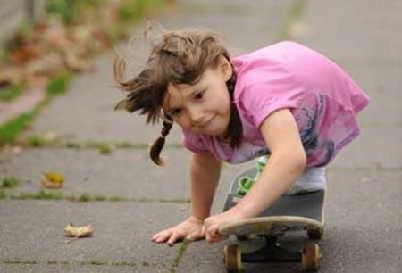 زندگی شاد دختر بچه ای که پا ندارد! (عکس)