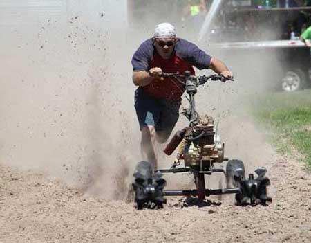 مسابقه موتور سواری با چمن زن (عکس)