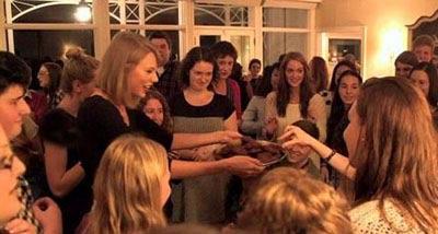 تیلور سوئیفت برای هوادارانش مهمانی ترتیب داد (عکس)