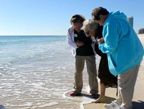 اولین دیدار پیرزن 100 ساله از دریا (عکس)