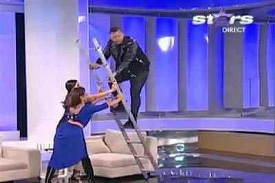 وقتی مجری در برنامه زنده می خواهد از نردبان بالا برود (عکس)