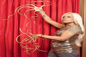 این زن با ناخن های 6 متری زندگی راحتی دارد (عکس)