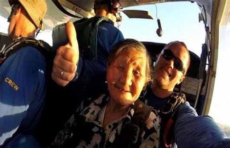 چتربازی دیدنی پیرزن 81 ساله چینی (عکس)