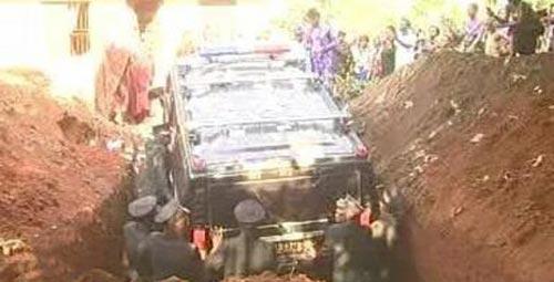 اقدام باورنکردنی مرد میلیاردر برای خاکسپاری مادرش (عکس)