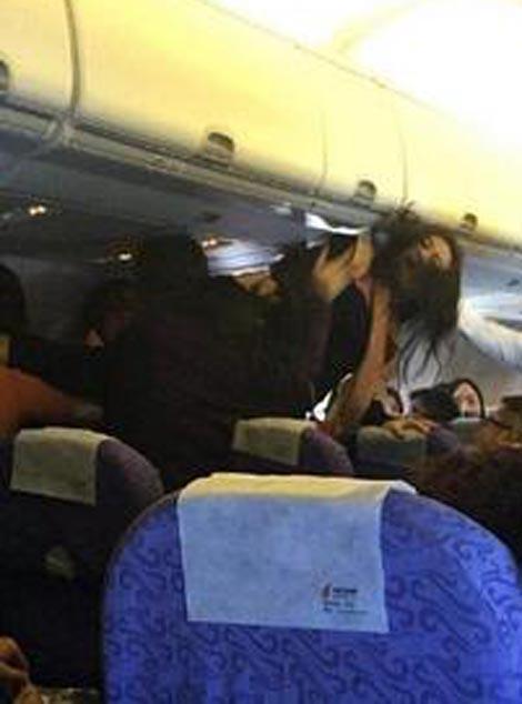 فرود اضطراری هواپیما برای درگیری زنانه (عکس)