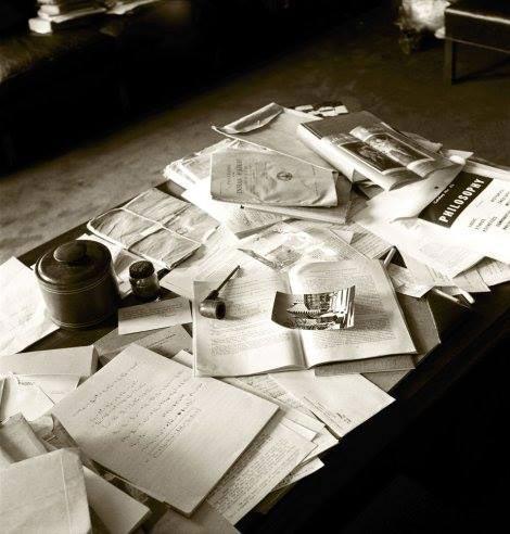 عکسی از میز کار انیشتین در روز وفاتش