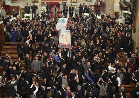 پدیده عجیب در تشعییع جنازه خواننده زن لبنانی (عکس)