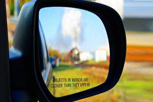 علت نزدیک دیدن اشیا در آینه چیست؟