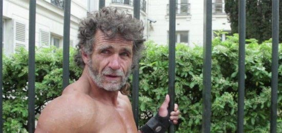اقدام جالب مرد بی خانمان برای بدنسازی (عکس)