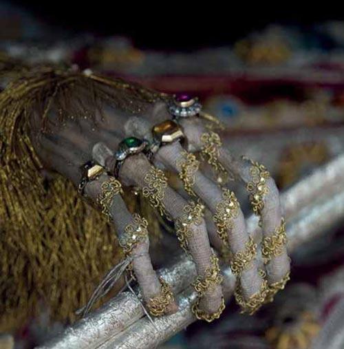دفن اجسادی با لباس و جواهرات عیان (عکس)