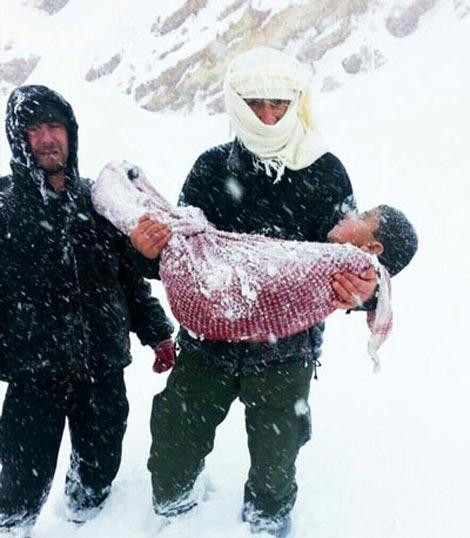 کودکی که در اثر سرمای شدید جان باخت (عکس)