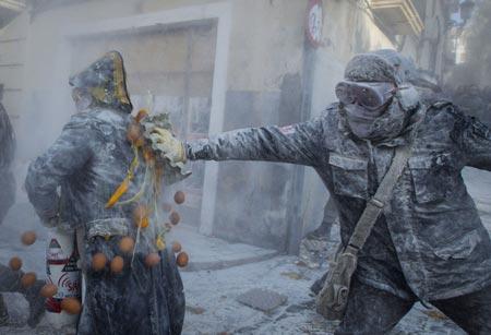 درگیری با آرد و تخم مرغ در اسپانیا (عکس)