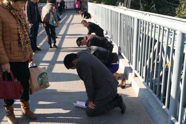 روش خنده دار تنبیه کارکنان چینی (عکس)