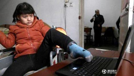 دختر معلولی که با یک پا رمان می نویسد (عکس)