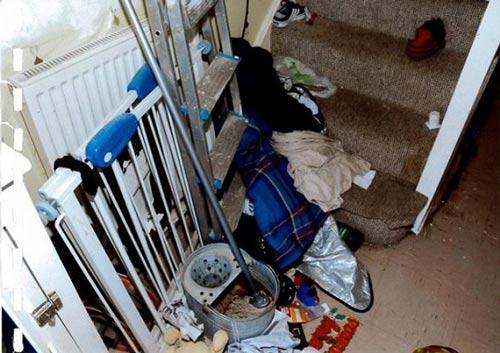 زندگی دردناک دو کودک در خانه ای کثیف (عکس)