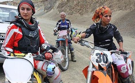تصاویری از حرفه ای ترین دختر موتور سوار ایرانی