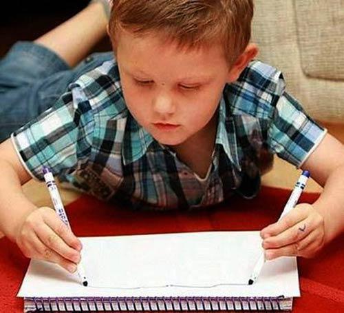 واکنش عجیب دست های یک پسر بچه (عکس)