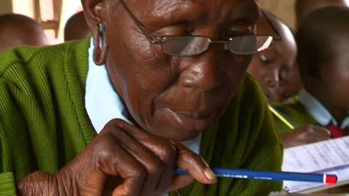 این زن پیرترین دانش آموز مدرسه ابتدایی است (عکس)