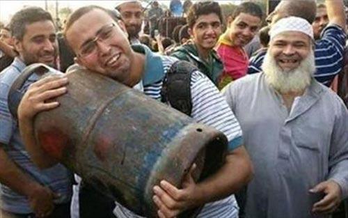 جوان مصری پس از گاز گرفتن جان باخت! (عکس)