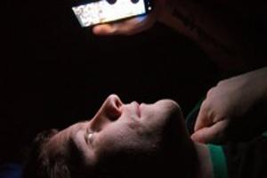 قبل از خواب به صفحه موبایل خیره نشوید