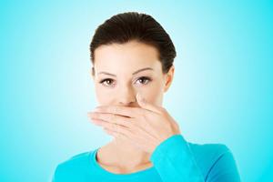شیوه های مؤثر برای رفع بوی بدن دهان