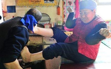 خانمی با پاهایش سر شوهرش را اصلاح می کند (عکس)