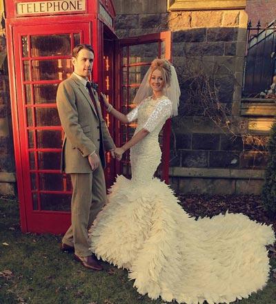 دوخت لباس عروس زیبا با 2200 پر غاز