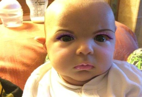 تغییر چهره دیدنی کودک با موبایل (عکس)
