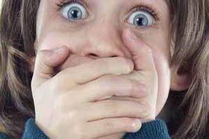 تجاوز جنسی بی شرمانه افسر پلیس به دختر (عکس)