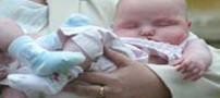 نخستین نوزادی که با لقاح مصنوعی متولد شد (عکس)