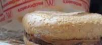 ادعای عجیب این مرد در مورد قدیمی ترین همبرگر دنیا! عکس