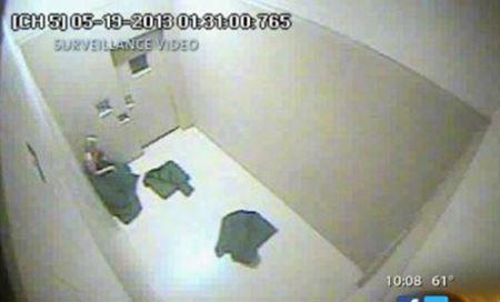 برهنه کردن دختر 32 ساله ای توسط پلیس برای تفتیش (عکس)