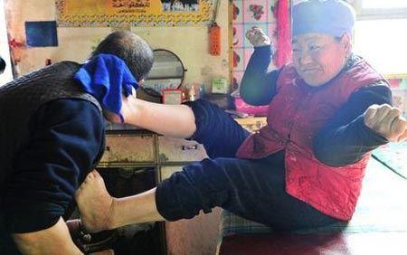 خانمی که با پاهایش موهای همسرش را کوتاه می کند (عکس)
