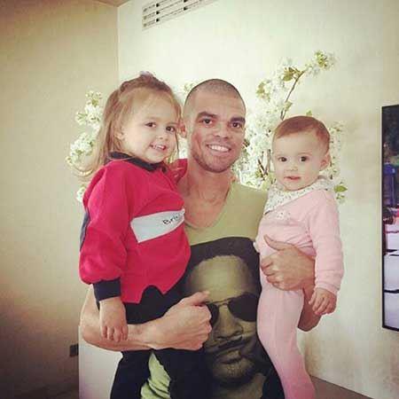 ستاره معروف فوتبال در کنار دو دختر زیبایش