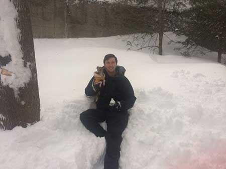 راهکار جالب درآمد زایی این مرد از برف پشت بام