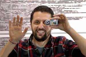 مردی که 11 سال است از دستهایش  عکس میگیرد!! (عکس)