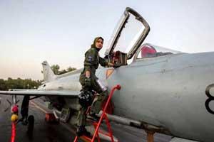 دختر 26 ساله و اولین زن خلبان و جنگنده! (عکس)