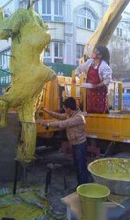 به سیخ کشیدن یک شتر درسته 450 کیلویی برای کباب (عکس)