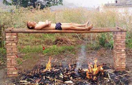 مردی که زنده زنده خود را روی ذغال سرخ کرد (عکس)
