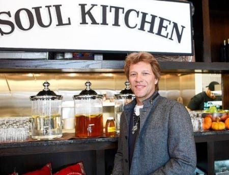 رستوران رایگان خواننده سرشناس ! (عکس)