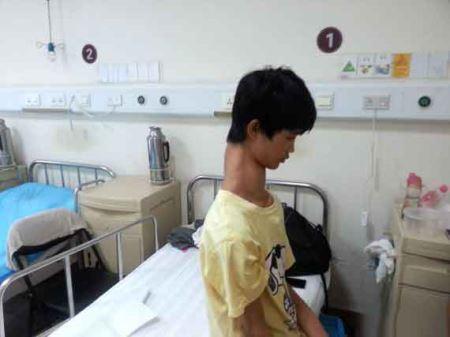 پسر گردن زرافه ای و دردسرهای زندگی اش (عکس)