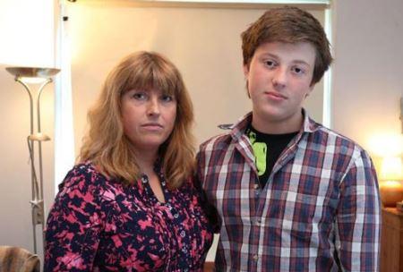 مادر و پسری که از نور خورشید می ترسند! (عکس)