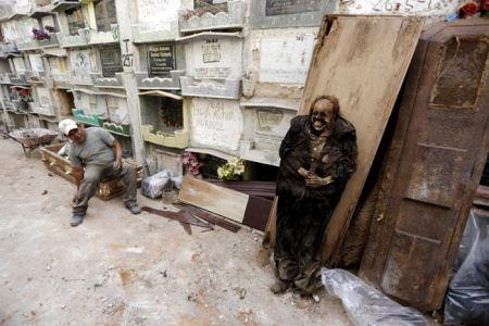 شغل عجیب درآوردن مرده از گور! عکس (18-)