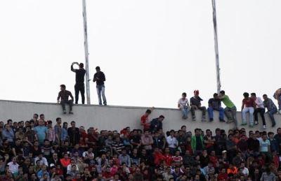 خطرناک ترین عکس سلفی در ورزشگاه آزادی (عکس)
