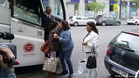 نمایش جنجالی این زنان در اتوبوس برای همسریابی! عکس