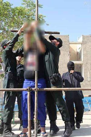 شلاق خوردن آدم خوار کرجی در ملاء عام (عکس)