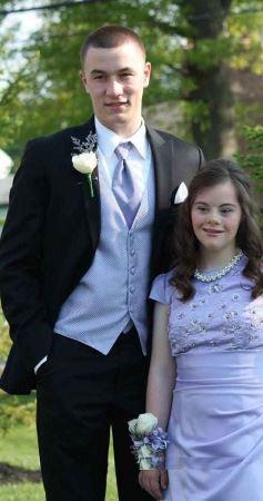ازدواج عاشقانه این پسر جوان با متفاوت ترین دختر (عکس)