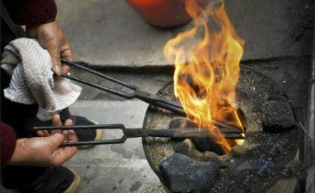 روش عجیب سوزاندن مو بجای قیچی کردن! عکس