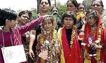 ازدواج احمقانه این دو دختر با قورباغه! عکس